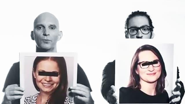 Drei Männer halten Porträtfotos von anonymisierten Redktoren ins Bild.