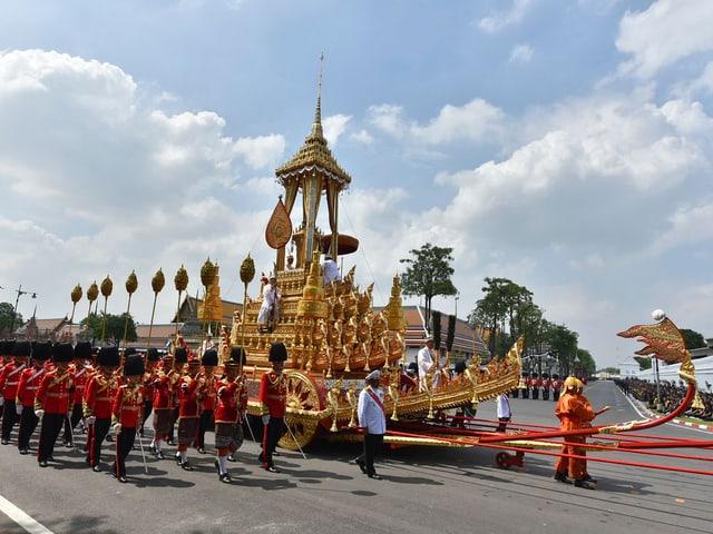 Für die Zeremonie sind 622 Skulpturen von Göttern, Engeln, Tieren und mythischen Kreaturen im Einsatz.