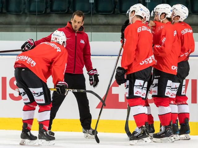 Nati-Coach Patrick Fischer (Zweiter von links) im Training.
