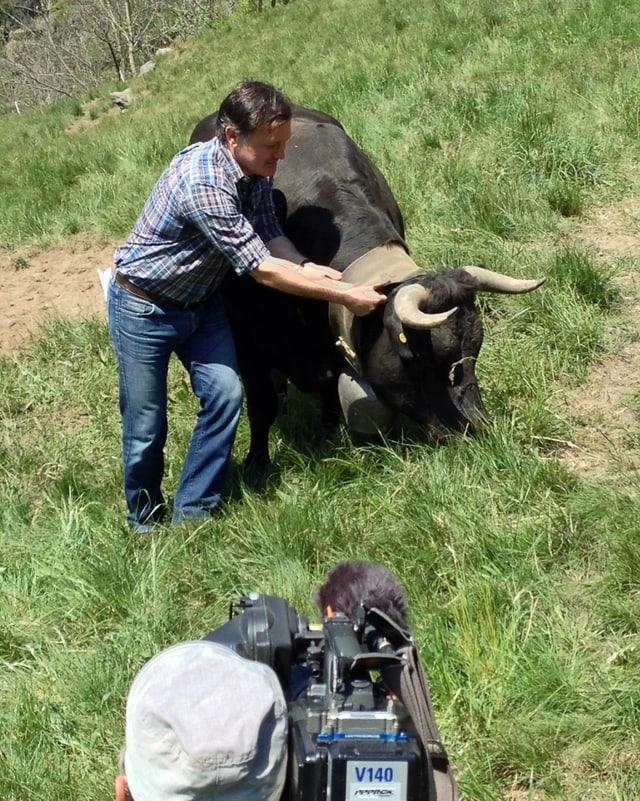 Oliver Bono streichelt eine Eringerkuh unter dem Blick von Kameramann Michael Bähni.