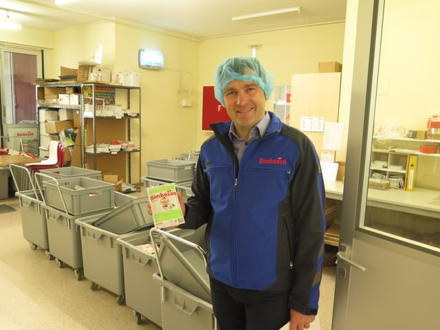 Bimbosan-Geschäftsführer Daniel Bärlocher zeigt ein Produktemuster