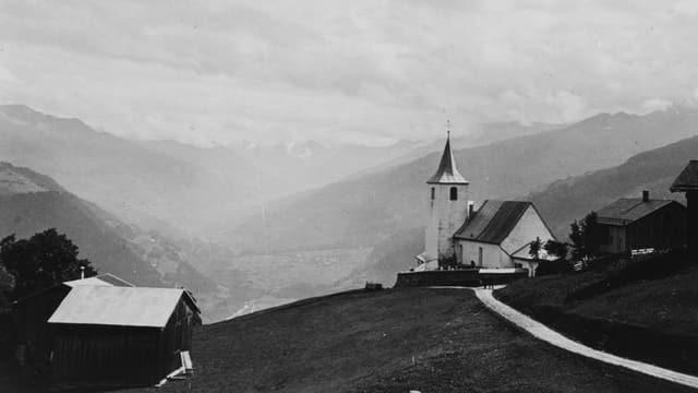 sw Aufnahme, 30er-Jahre, Kirche von Furna, dahinter Himmel und Blick ins Tal Richtung Davos.