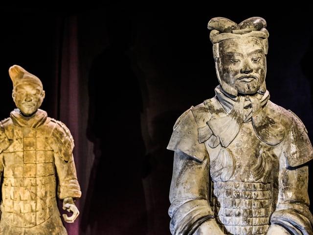 Zwei Terrakotta-Figuren.
