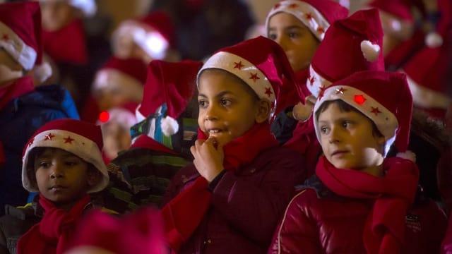 Beim Weihnachtsumzug und dem anschliessenden Singen nehmen etwa 120 Kinder teil am Dienstag, 23. Dezember 2015 in Bellinzona.