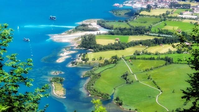 Foto aus Vogelperspektive auf aufgeschüttete Inseln am Ufer des Urnersees