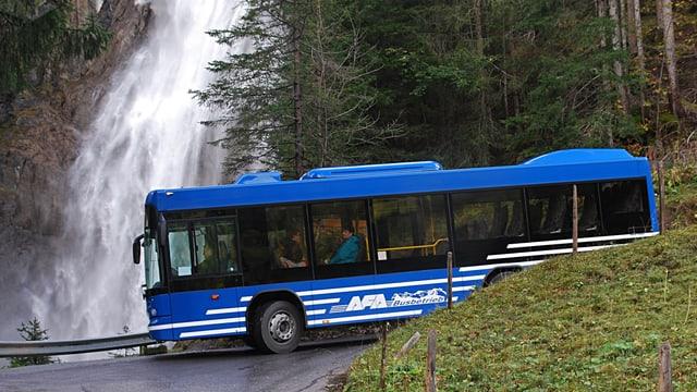 Der Bus beim Iffigenfall im Obersimmental.