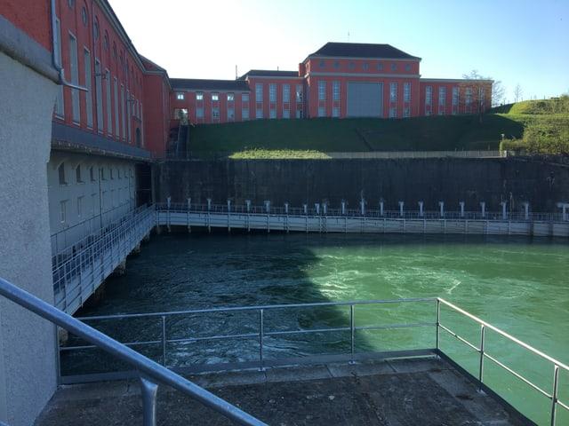 Der Rhein und das Kraftwerk Eglisau von aussen