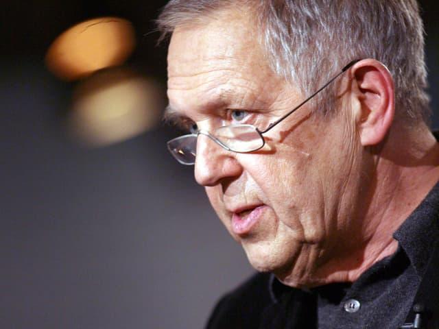 Robert Gernhardt bei einer Lesung.