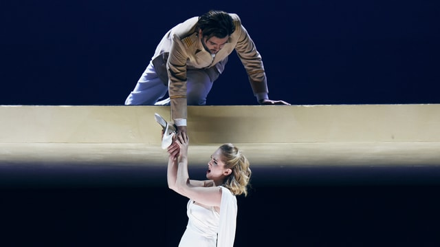 Opersänger und -Sängerin auf einer Bühne.