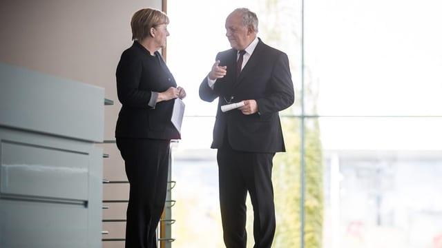 Purtret d'Angela Merkel e Johann Schneider-Ammann durant lur s'entupada.