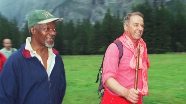 Adolf Ogi und Kofi Annan beim Wandern.