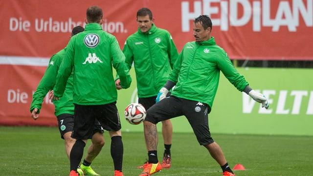 Diego Benaglio e ses collega da team da Wolfsburg en il champ da trenament a Bogn Ragaz.