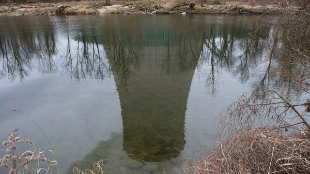 Maletg simbolic: L'ovra atomara da Goesgen reflectescha en l'Aara a Niedergoesgen.