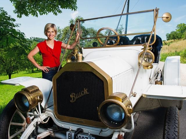Sabine Dahinden neben einem historischen Buick
