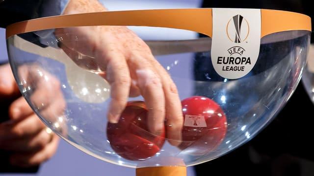 Schüssel mit der Aufschrift UEFA Europa League, Auslosungskugeln.