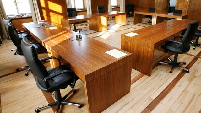 Sitzungszimmer mit Pulten und Stühlen