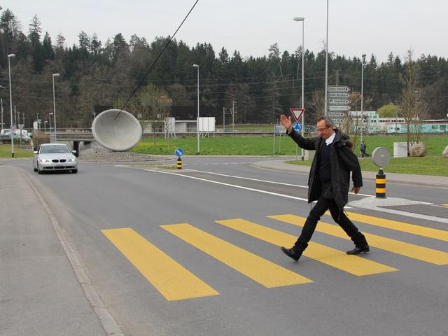 Zwei Kreisel, welche miteinander verbunden sind. Hannes Hug stimmt sich auf seine Laudatio ein.