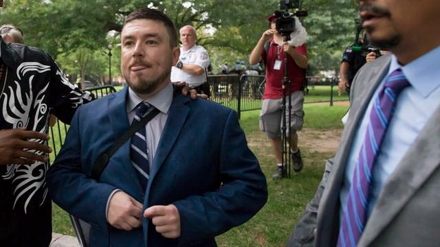 Der Anführer der weissen Rassisten, Jason Kessler (M) verlässt den Lafayette-Park nach Kundgebungsende.