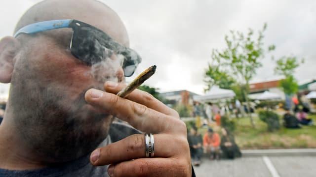 Mann raucht Joint an einer Cannabis-Messe in Uruguay