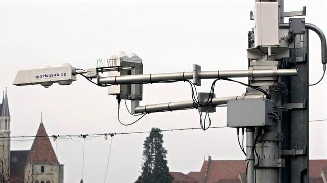 Messstation in Lausanne, zu sehen ist ein technisches Gerät, das aus mehreren Komponenten, Stangen und Kabeln besteht.