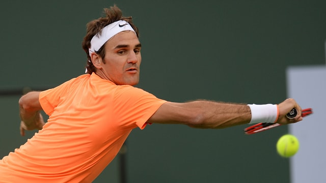 Roger Federer bei einer Rückhand.
