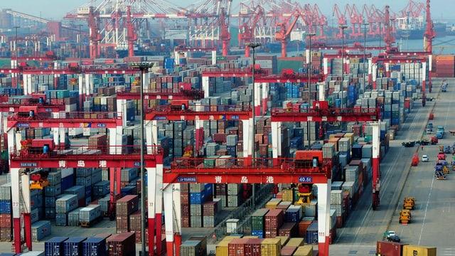 Chinesischer Hafen mit Containern.