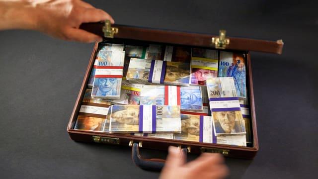 Aktenkoffer gefüllt mit Schweizer Geld.