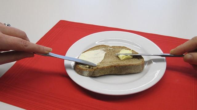 Ein Stück Brot mit Butter und mit Margarine bestrichen
