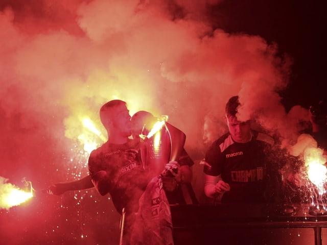 Fussballspieler feiern mit Pyrotechnik