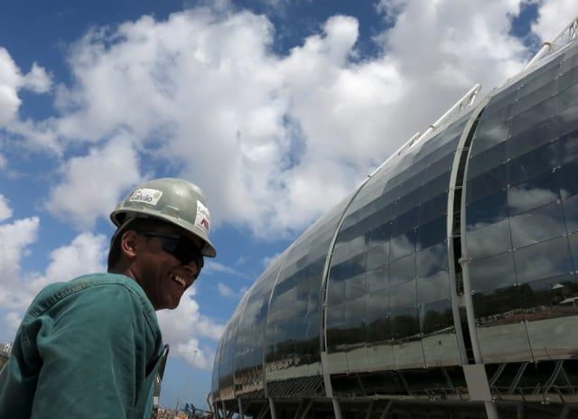 Arbeiter vor dem Stadion in Fortaleza.