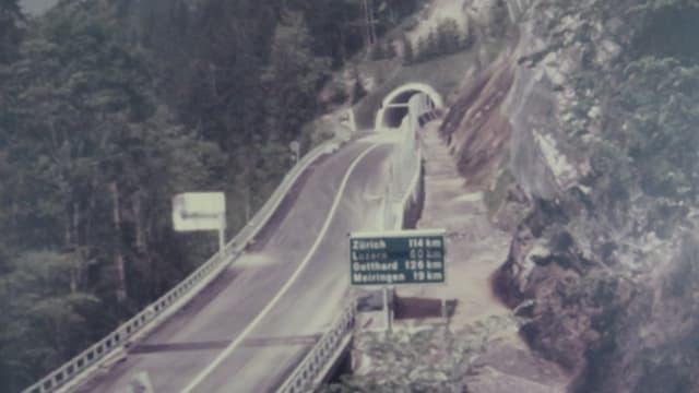 Strasse an Bergflanke mit Tunneleingang