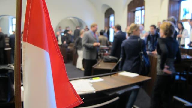 Solothurner Flagge im Vordergrund, diskutierende Parlamentarier im Hintergrund.