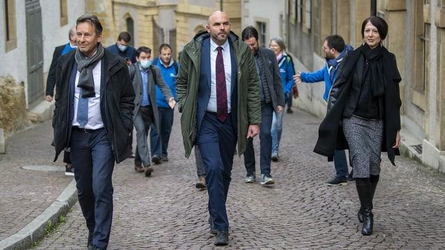 Alain Ribaux, Laurent Favre und Crystel Graf laufen nebeneinander