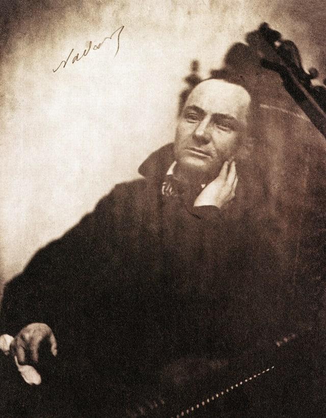 Porträt eines Mannes mit schwarzem Mantel.