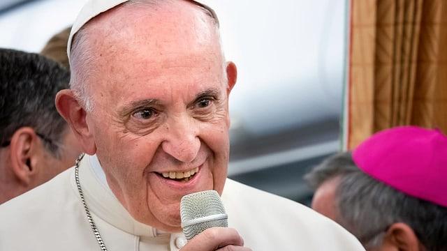 Papa Franzestg cun in microfon en maun.