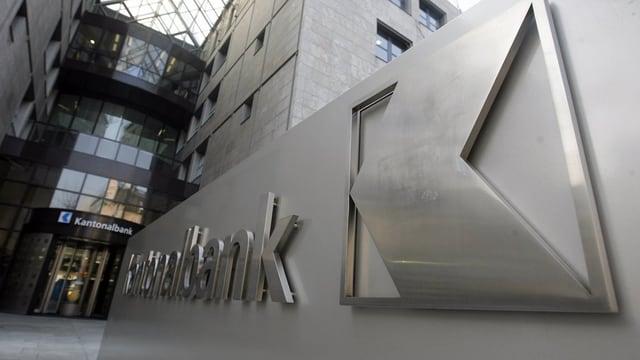 Silberner Schriftzug Kantonalbank vor dem Haupsitz der AKB in Aarau.