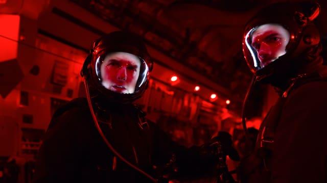 Auf dem Bild sind Tom Cruise und Henry Cavill in speziellen Anzügen zu sehen.