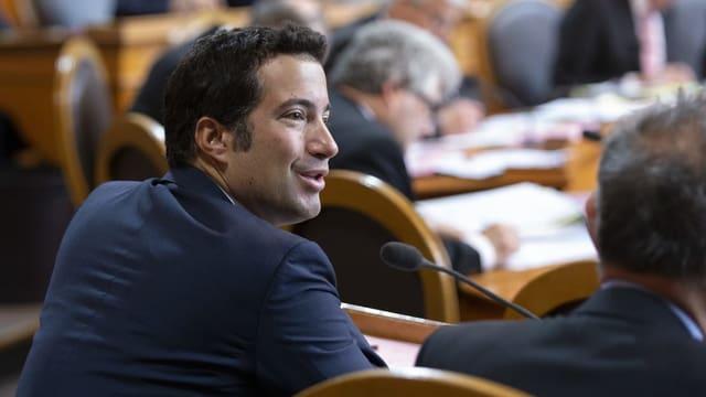 Ein mann diskutiert im Parlamentssaal