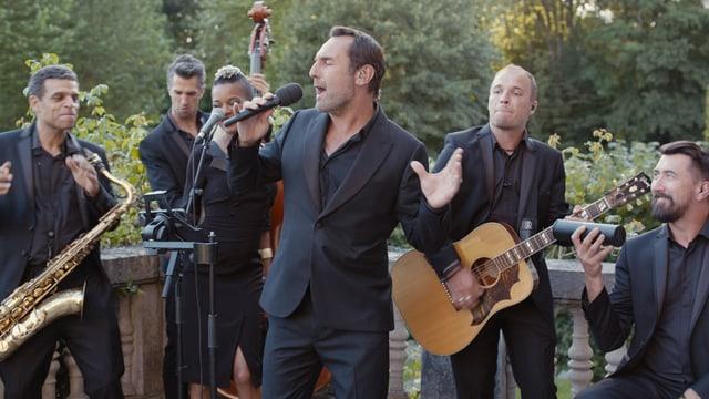 Sechs Musiker in Aktion.