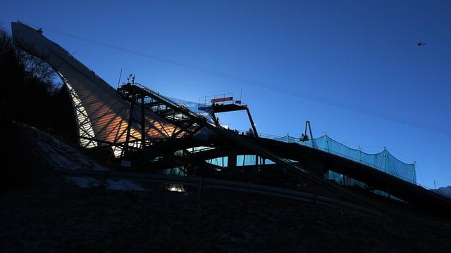 Die Olympiaschanze von Garmisch-Partenkirchen im Seitenprofil.