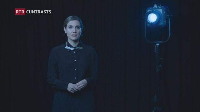 purtret da la moderatura Anna Serarda Campell davant in fund nair e cun ina glisch blaua.