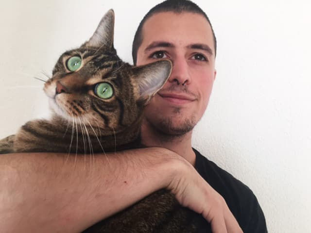 Der Transhumanist Mike Schaffner mit seiner Katze.
