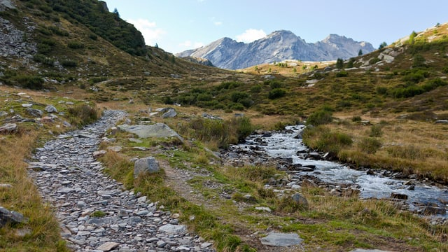 Ein Wanderweg, der in ein abgelegenes Tal führt.