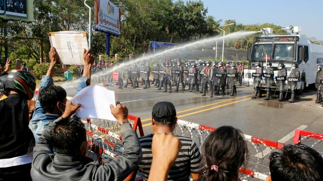 Wasserwerfer und Demonstranten.