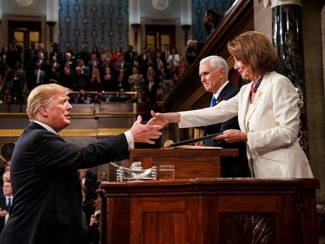 Handschlag zwischen erbitterten Widersachern: Demokratin Nancy Pelosi und Donald Trump.