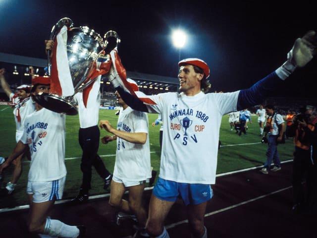 Van Breukelen feiert mit dem Pokal