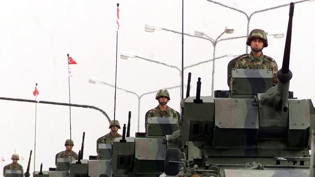 Soldaten auf Panzern.