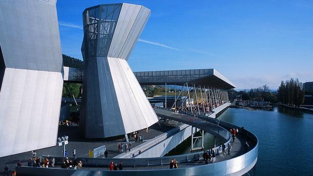 Menschen spazieren auf der Passreelle um den Klangturm an der Arteplage der Expo.02 in Biel.