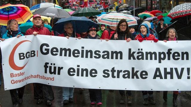 Demonstrationszug am 1. Mai nähert sich dem Barfüsserplatz