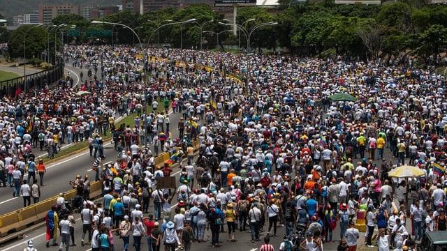 ina gronda demonstraziun en la Venezuela